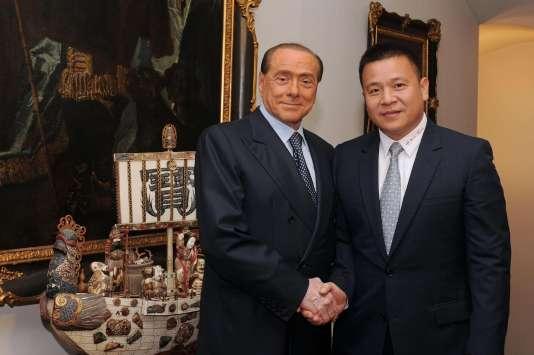Silvio Berlusconi et le nouveau propriétaire chinois du Milan AC, Li Yonghong, le13avril.