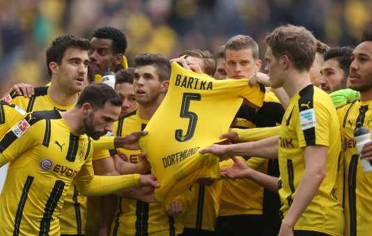 Les joueurs ont présenté au public le maillot de Marc Bartra, leur coéquipier blessé dans l'attentat et sorti de l'hôpital samedi.