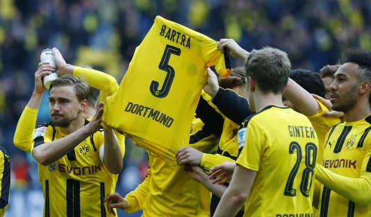 Les joueurs de Dortmund rendent hommage à Marc Bartra, blessé dans l'attaque du bus de l'équipe allemande.