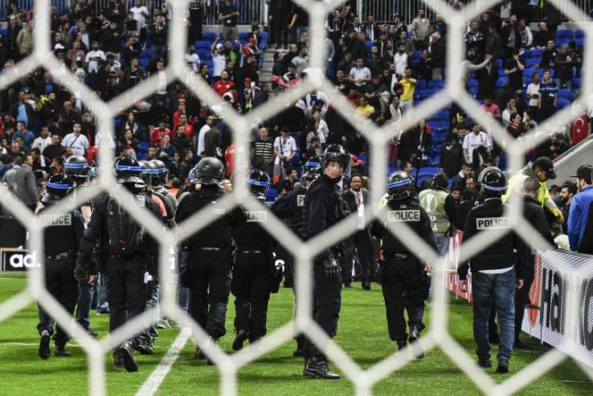 Des policiers face aux tribunes après des heurts entre supporters avant le début du match entre l'Olympique lyonnais et Besiktas, le 13 avril.