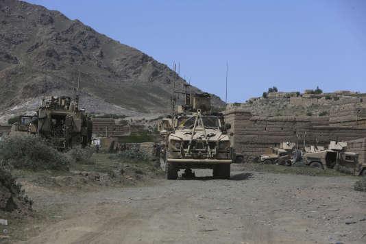 Des militaires américains et des commandos afghans à proximité du site du bombardement, samedi 15 avril 2017.