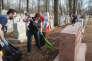 Des bénévoles nettoientle cimetière juif Chesed Shel Emeth de Saint-Louis, dans le Missouri, après la profanation dont le site a été la cible.