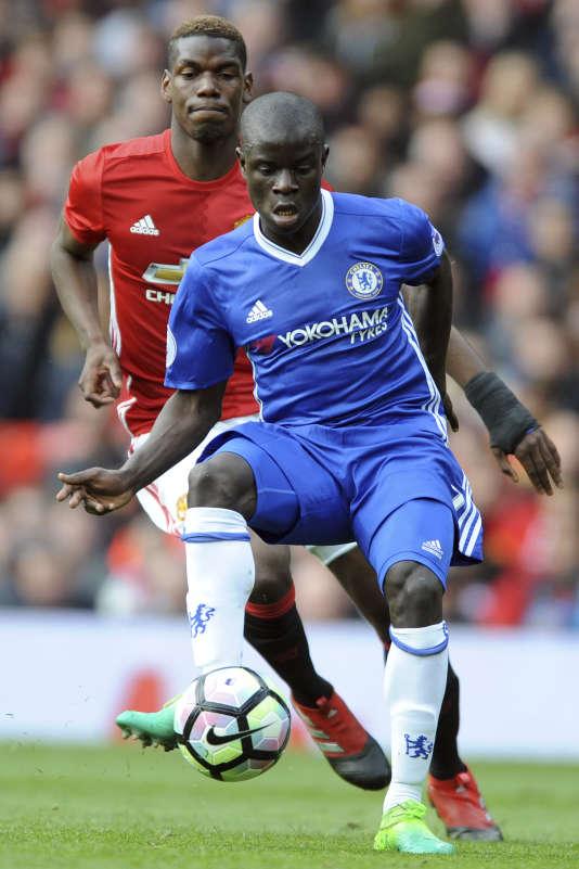 Ngolo Kanté devant Paul Pogba.