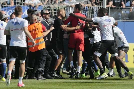 Echauffourées au stade Armand Cesari entre des supporteurs bastiais et des joueurs lyonnais, alors à l'échauffement.