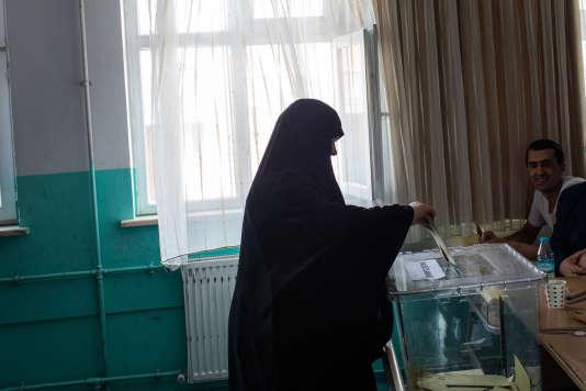 Une femme vote à Istanbul en Turquie, le 16 avril.