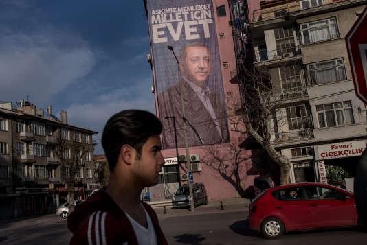 Une affiche du présidentRecep Tayyip Erdogan, le 2 avril à Konya en Turquie.