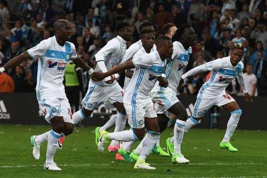 Les joueurs de l'OM célèbrent leur victoire à domicile.