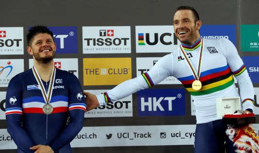 François Pervis, à droite, a remporté le kilomètre trois dixièmes devant son compatriote Quentin Lafargue (à gauche), médaillé d'argent à égalité avec le Tchèque Tomas Babek.