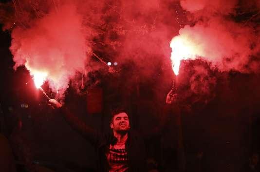 Un soutien d'Erdogan fête la victoire du oui à Istanbul.