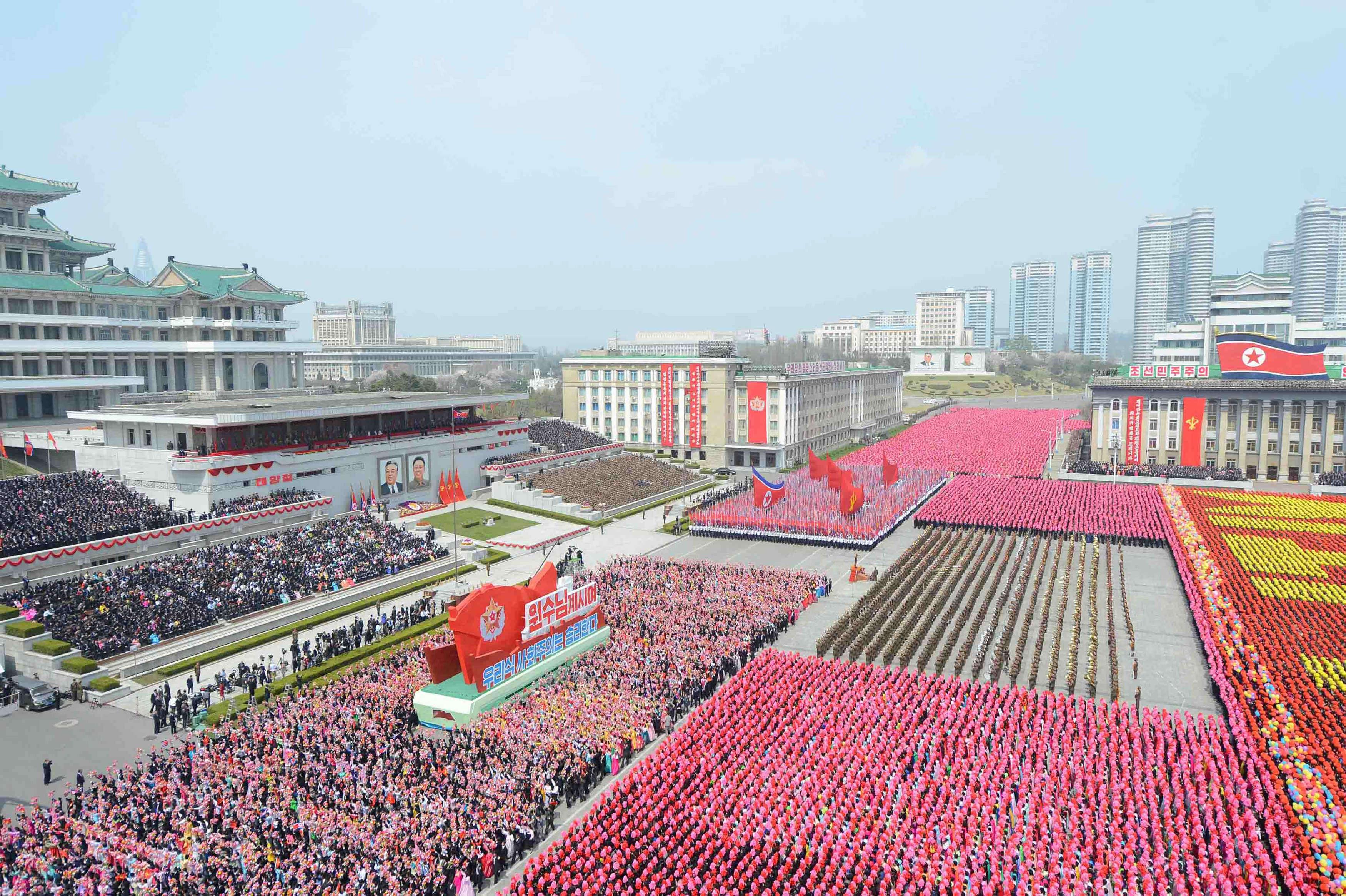 Samedi 15 avril, des dizaines de milliers de soldats des armées de terre, de l'air et de la marine, ont défilé au pas de l'oie devant le dirigeant du régime nord-coréen, Kim Jong-un.