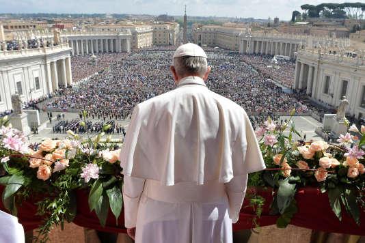 Dans sa bénédiction, le pape a rappelé que pour les chrétiens, le « Christ ressuscité » se fait « compagnon de route de tous ceux qui sont contraints de laisser leur terre à cause de conflits armés, d'attaques terroristes, de famines, de régimes oppressifs ».