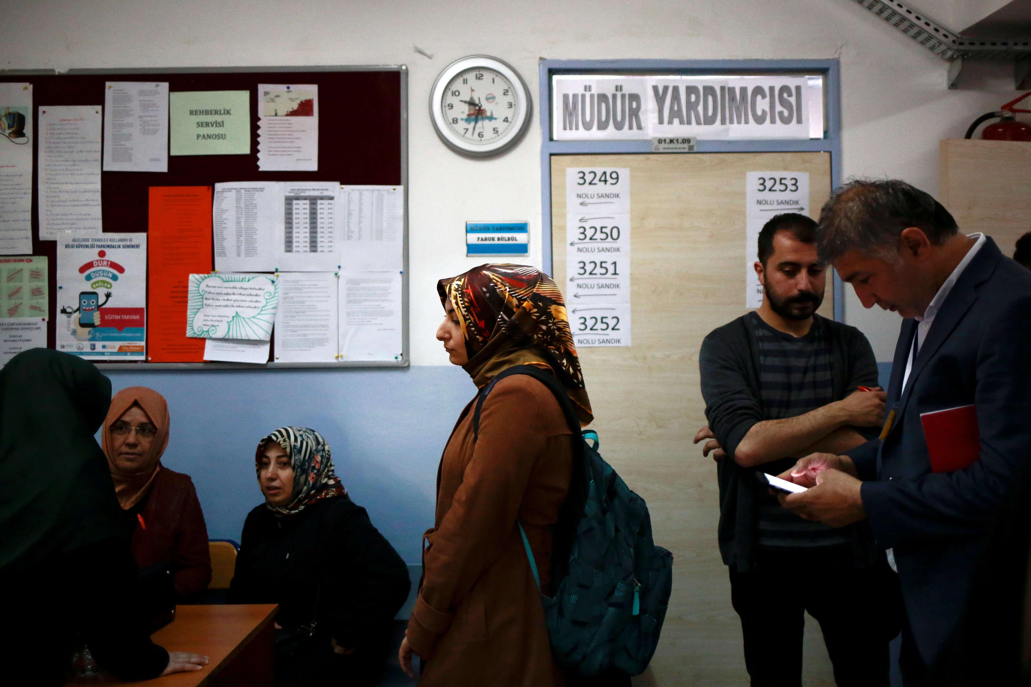 Des électeurs dans un bureau de vote du quartier d'Uskudar, à istanbul.Le gouvernement présente cette révision constitutionnelle comme indispensable pour assurer la stabilité du pays et lui permettre d'affronter les défis sécuritaires et économiques.
