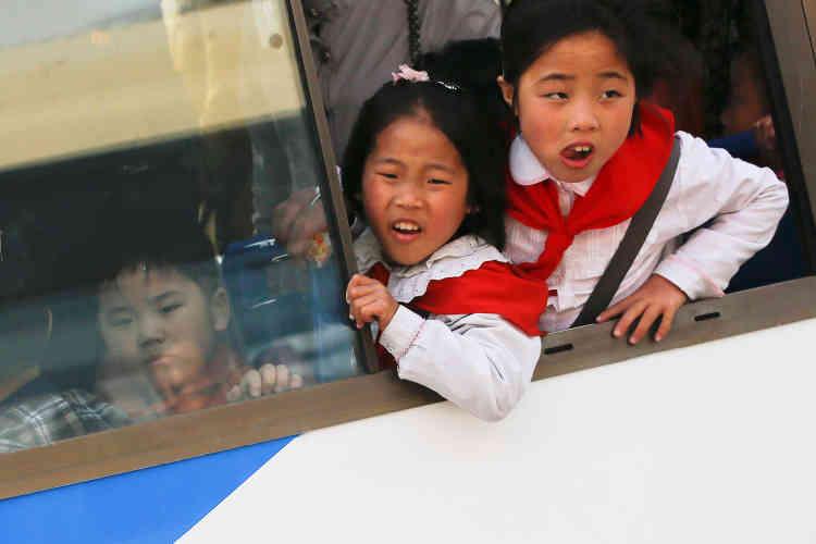 Des enfants traversent Pyongyang en bus.