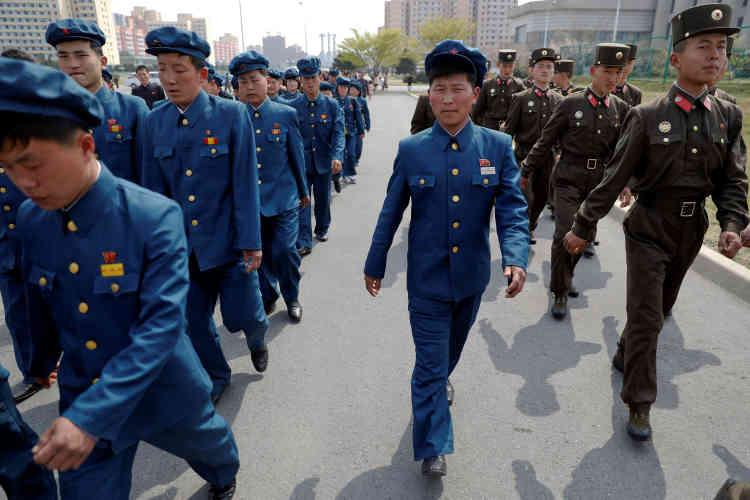 Des militaire se rendent en rang à l'exposition florale organisée pour de la célébration du jour du Soleil.