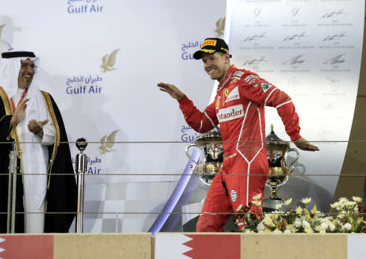 Le pilote Ferrari Sebastian Vettel célèbre sa victoire à Bahrein le 16 avril.