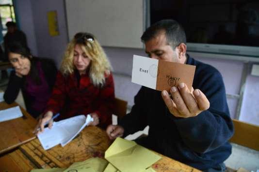 Un membre de l'équie électorale, le 16 avril àDiyarbakir.