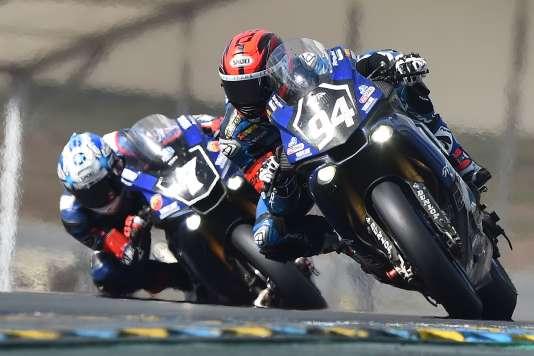 Mike Di Meglio, sur la Yamaha n°94, n'a doublé que tardivement la n°7, alors pilotée par le JaponaisKohta Nozane.