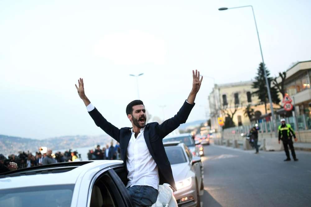 Un partisan du oui laisse éclater sa joie dans les rues d'Istanbul après les premiers résultats, dimanche 16 avril.