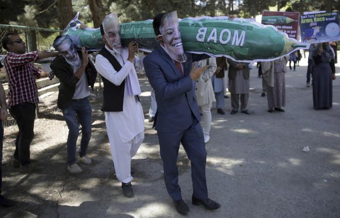 Manifestation à Kaboul le 16 avril contre le bombardement d'un village de l'est de l'Afghanistan avec la « mère de toutes les bombes».
