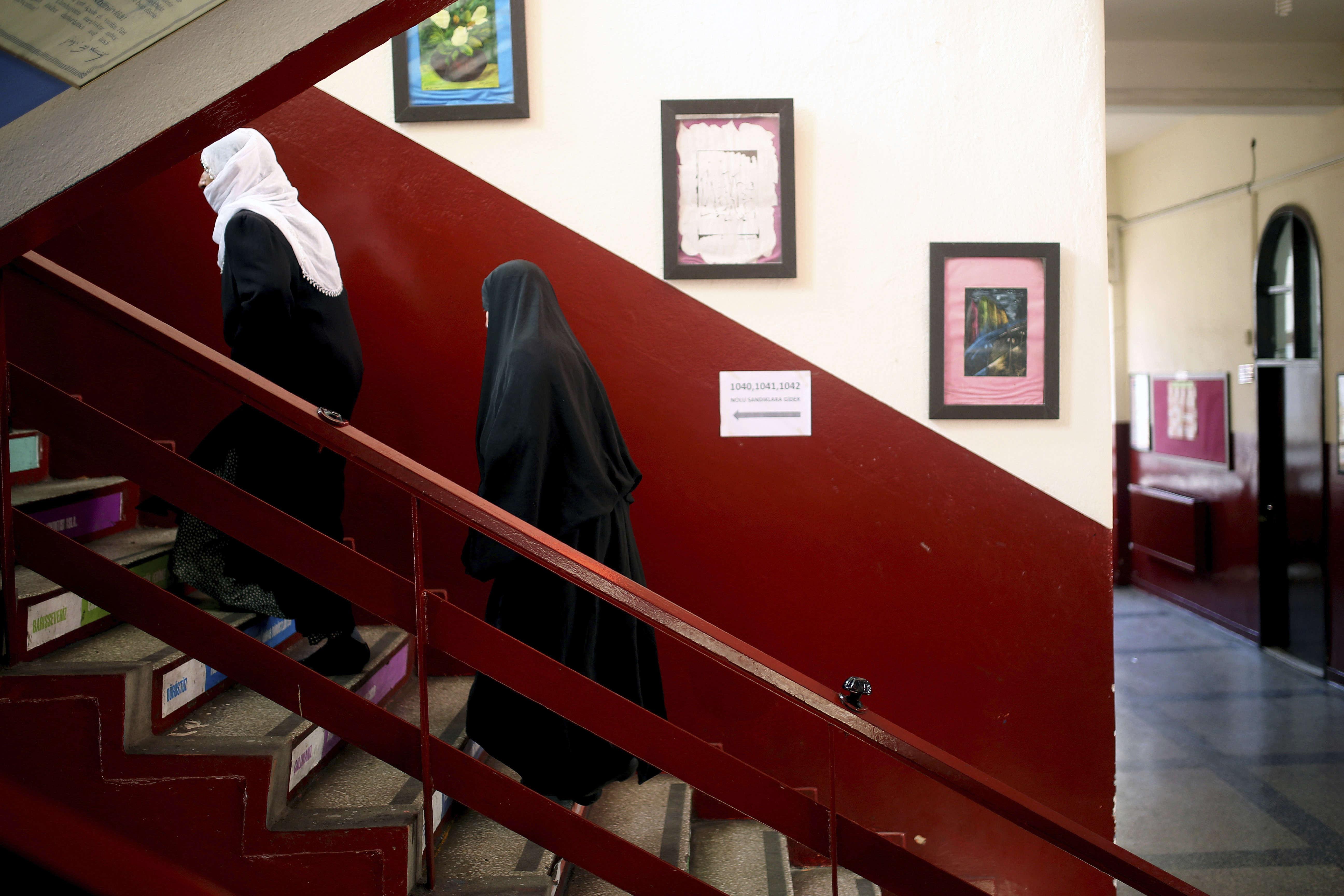 Des électrices dans les escaliers menant un bureau de vote deDiyarbakir.L'une des incertitudes du scrutin réside dans le vote des Kurdes qui représentent un cinquième de la population.