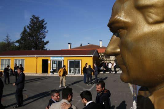 Jour de vote pour ou contre la réforme constitutionnelle, sous le regard d'une statue d'Atatürk, à Istanbul, le 16 avril.