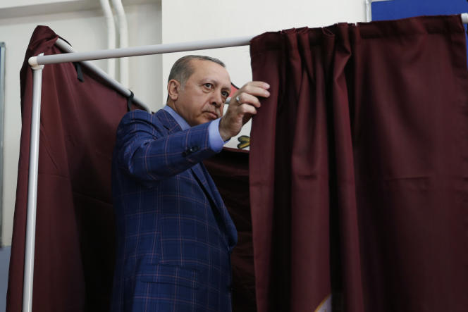 Recep Tayyip Erdogan vote à Istanbul le 16 avril.