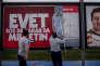Deux jeunes hommes affichent un poster en faveur du « oui» au référendum turc le 1er avril.