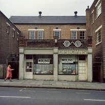 Ces images de la ville de Leeds, dans les années 1970, sont censées avoir été prises par des martiens débarqués en Angleterre et soucieux de rapporter des photos souvenirs. Leur auteur, Peter Mitchell, 73 ans aujourd'hui, n'avait rien fumé d'illégal. Ici :Opticiens, Londres, 1975. Plongez votre regard profondément dans ces yeux. Concentrez-vous . Regardez. Ne détournez pas votre regard… et doucement… commencez à vous déshabiller…