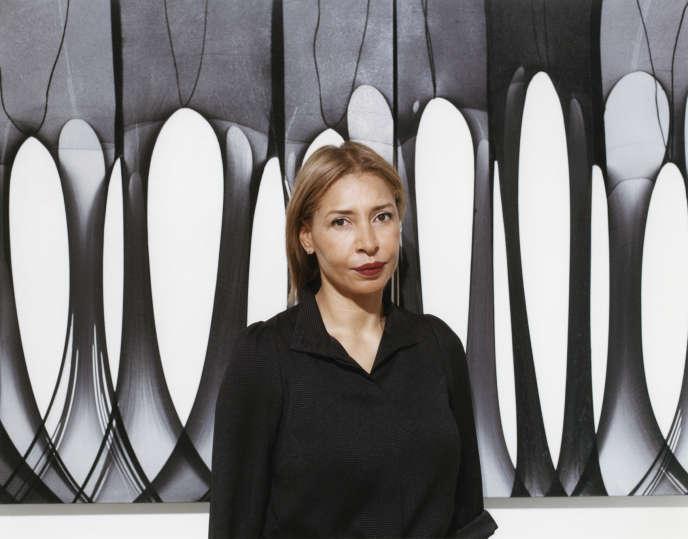 Marie-Ann Yemsi à la Galerie des Galeries (Lafayette), à Paris, le 30 mars, devant une œuvre deTuriya Magadlela.