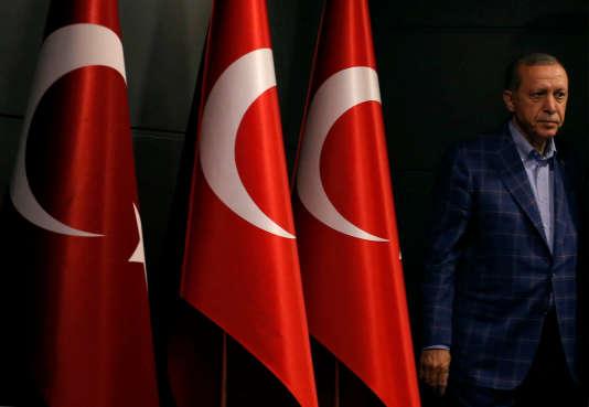 Le président turc Recep Tayyip Erdogan lors d'un conférence de presse à Istanbul, le 16 avril.