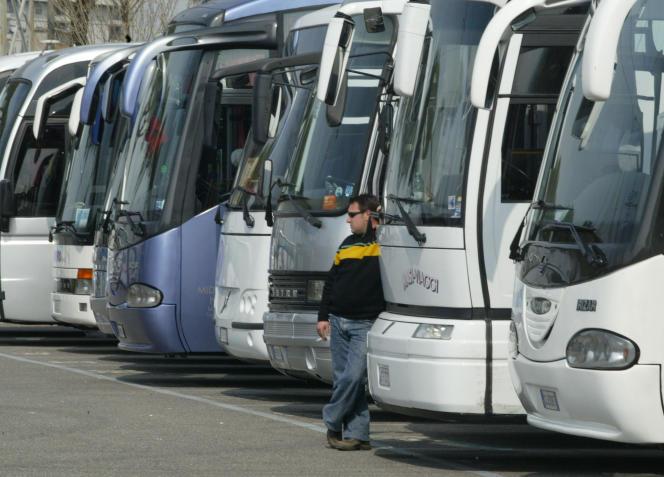 Des bus, le 5 avril à Rome (Italie).