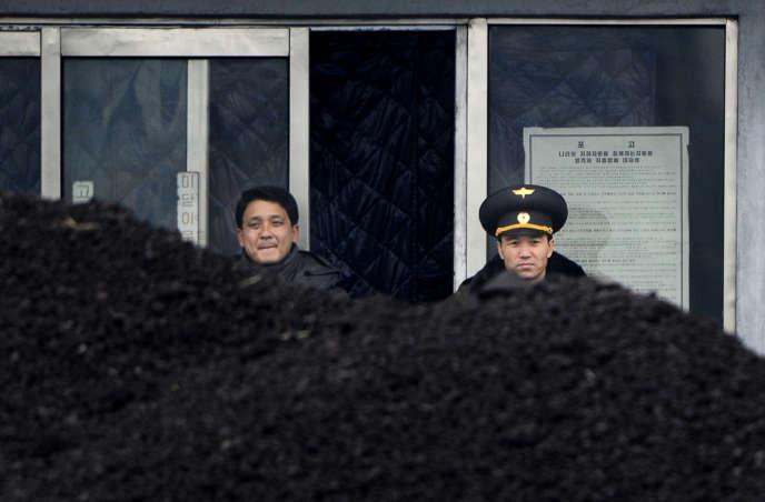 Du charbon dans la ville frontalière de Siniuju, en Corée du Nord, en 2012.