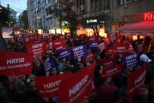 Les partisans du« non» défilent dans les rues d'Istanbul, le 17 avril.