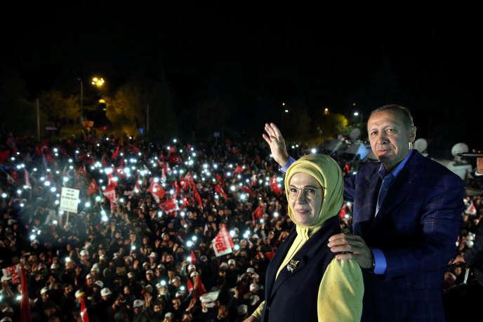 Le président turque Recep Tayyip Erdogan et son épouse, Emine Erdogan, à Istanbul, dimanche 16 avril.