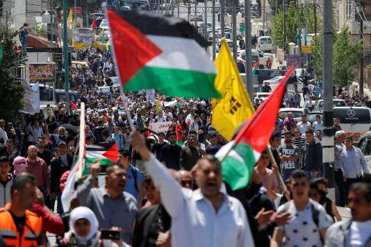 Des Palestiniens participent à une manifestation en solidarité avec les prisonniers palestiniens détenus dans des prisons israéliennes, le 17 avril.