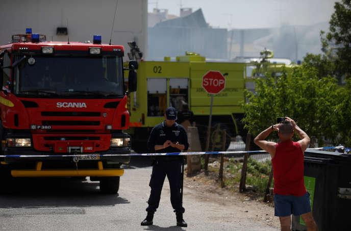 L'avion s'est écrasé moins d'un kilomètre après son décollage sur un camion garé dans l'entrepôt d'un supermarché.