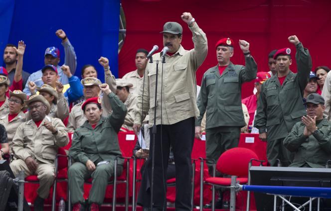 Nicolas Maduro, au centre, à l'occasion des célébrations du septième anniversaire de la milice bolivarienne, devant le palais présidentiel de Miraflores à Caracas, le 17 avril.