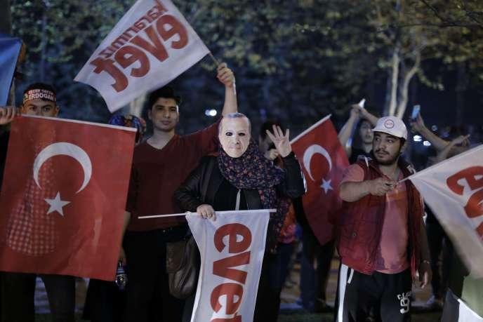 Des partisans du président Erdogan célèbrent la victoire du oui (« evet ») au référendum, à Istanbul, dimanche 16 avril.