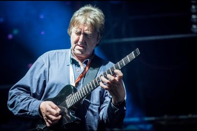 Le guitariste britannique Allan Holdsworth sur scène en 2014.