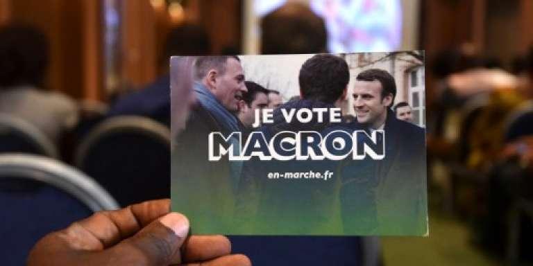 Des supporteurs d'Emmanuel Macron à Abidjan, le 9 avril 2017.