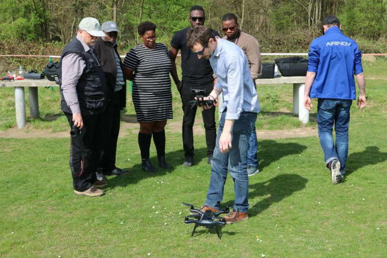 Quatre des sept entrepreneurs et un cadre du Centre technique de coopération agricole et rurale (CTA) participaient à la formation pratique d'Airinov à Fosses, dans le Val-d'Oise, en avril 2017.