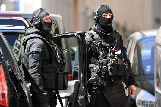 Des membres du RAID après des recherches au domicile de l'un des deux hommes arrêtés à Marseille, le 18 avril, soupçonnés de préparer une attentat à l'approche du premier tour de la présidentielle.