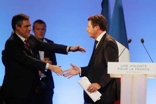 Francois Fillon félicite Christian Estrosi après son discours lors du meeting électoral du candidat du parti Les Républicains, à Nice, le 17 avril.