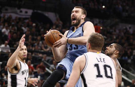 La taille des basketteurs professionnels, deux mètres en moyenne, n'a plus augmenté depuis trente ans.L'EspagnolMarc Gasol durant les playoffs NBA2017 en avril, au AT&T Center à San Antonio (TX, USA).