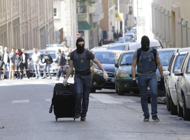 Des policiers à Marseille le 18 avril.