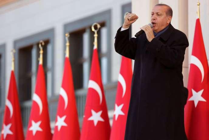 Le président turc, Recep Tayyip Erdogan, lors de sondiscours devant des milliers de sympathisants massés devant son palais, près d'Ankara, le 6 avril.