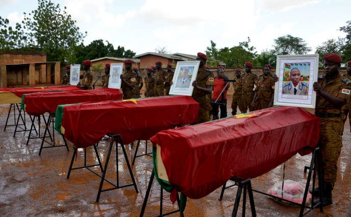Cérémonie militaire pour quatre soldats tués dans le nord du Burkina Faso, à Ouagadougou, le 18 octobre 2016.