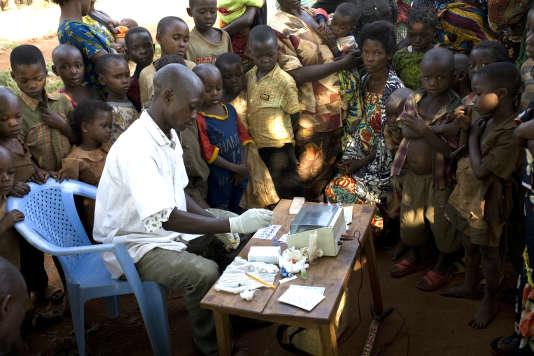 Lors d'une opération de détection de la maladie du sommeil, en 2010, à Mpata, en République démocratique du Congo.