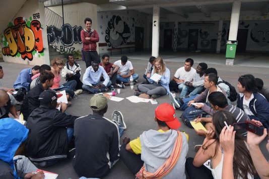 Un cours donné à de jeunes réfugiés dans le lycée désaffecté Jean-Quarré, Paris 19e, à l'été 2015.