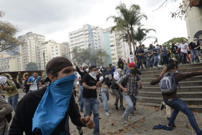 Des activistes d'opposition à Caracas, le 10 avril.